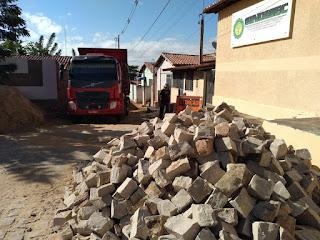 Nessa etapa de pavimentação, foram iniciados serviços na rua Berlindo Antônio de Santana.