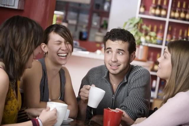 8 Pertanda Pacarmu Suka Dengan Temanmu Yang Perlu Diwaspadai