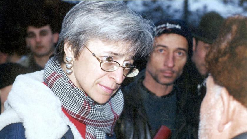Анна Політковська відвідує село Хатуні, оточене російськими десантниками, лютий 2001 р.
