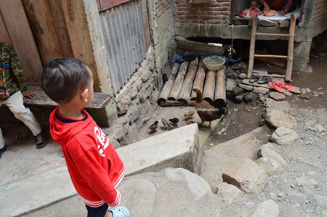 Lewat di muka rumah penduduk kampung Takapala
