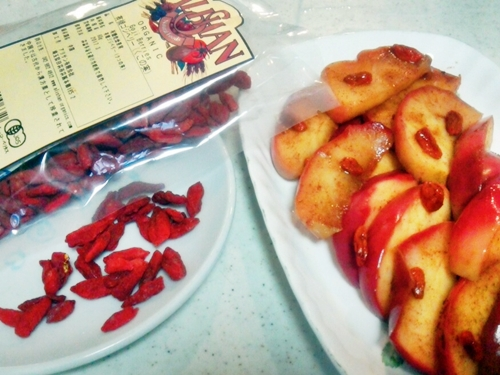 「りんごとココナッツオイルソテー」にゴジベリーを入れてスーパーフード祭りや~♪