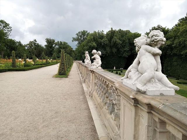 statue nel giardino del palazzo di wilanow