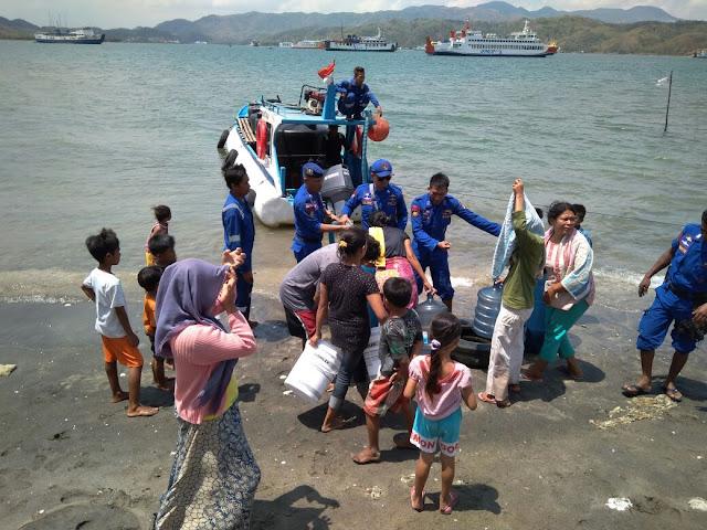 Polda NTB Salurkan Air Bersih Lewat Laut