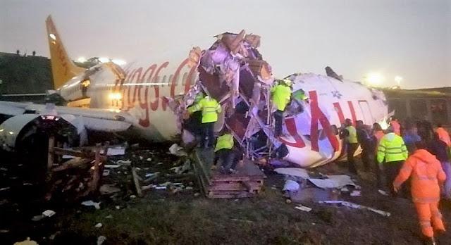 Самолет се разцепи наполовина при кацане на летището в Истанбул (ВИДЕО, СНИМКИ)