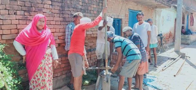 प्रधान हेमलता पटेल के साथ ग्रामवासियों ने गाँव में पानी टंकी बनाये जाने की शासन से मांग की |
