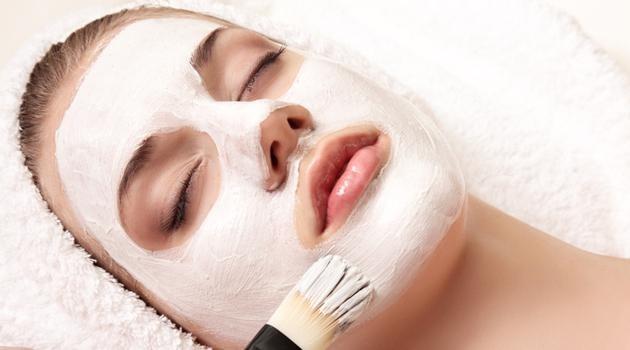 A argila é ótima para cuidar do rosto, pois se você tem espinhas, manchas, rugas, cravos ou qualquer outra impureza que você deseje tirar da sua pele, pode ter certeza de que tem argila para cada coisa. A argila elimina bactérias e tem efeito calmante, promove a esfoliação da pele, suaviza e amacia a pele, elimina a oleosidade, entre muitos outros benefícios que vamos explicar. Separamos 8 melhores argilas para você conhecer.