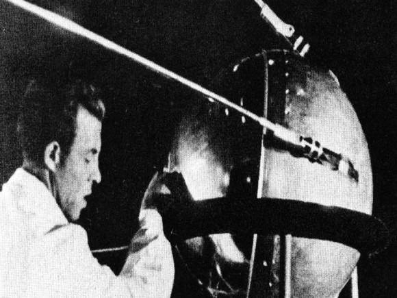 Một kỹ thuật viên đang làm việc với vệ tinh Sputnik 1. Credit: Asif A. Siddiqi.