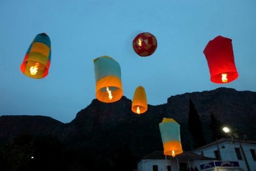 Τα πολύχρωμα πασχαλινά αερόστατα στο Λεωνίδιο και η ιστορία τους (βίντεο)