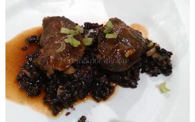 Carrillada de cerdo ibérico al vino tinto sobre arroz veneré