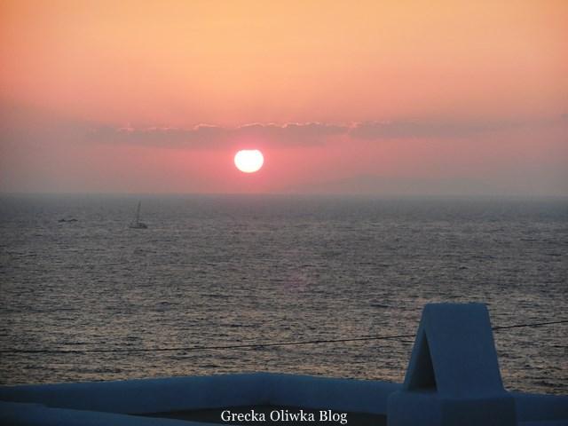 purpurowy zachód słońca rzuca blask na srebrzyste greckie morze wyspa Mykonos Cykaldy Grecja