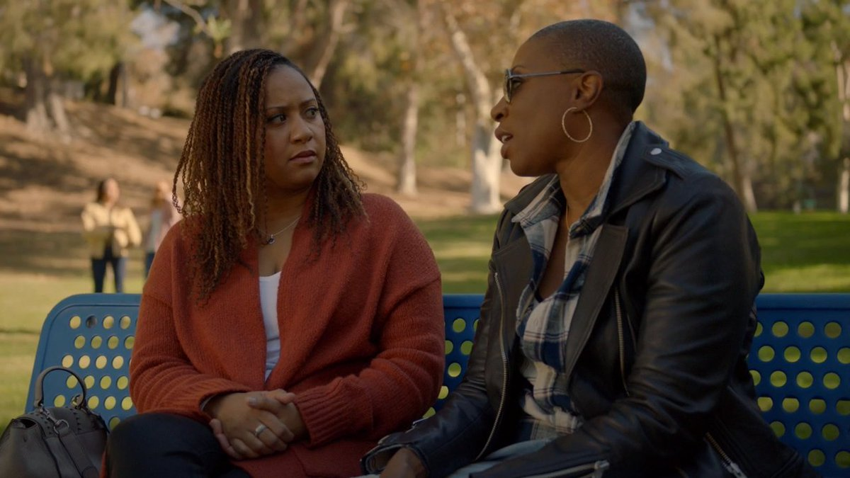 Hen y Karen charlan en un parque en 911 de FOX