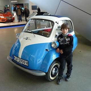 Izan y el BMW Isetta.