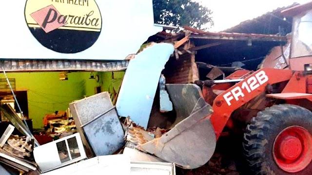 Retro-escavadeira perde freios em avenida e máquina atinge comércio em Piripiri