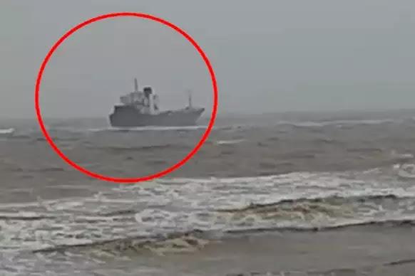जाफराबाद के दरिया में फंसा 'आकेर' जहाज, देखें वीडियो