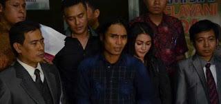Maka di temani sang istri dan kuasa hukumnya kemarin Charlie melapor balik Rere ke Polda Metro Jaya.