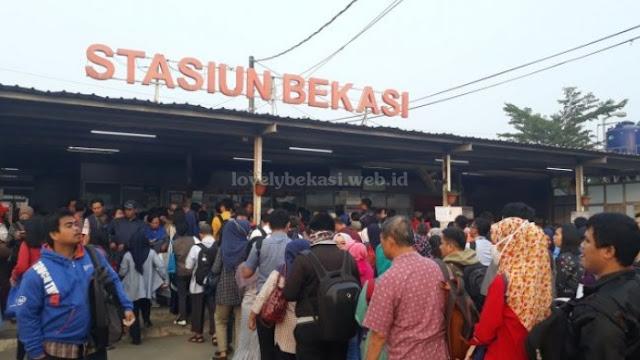 Antrian diloket stasiun Bekasi