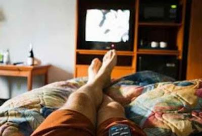 Bahaya Nonton TV Sambil Tidur
