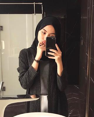 Cewek Selfie pakai hijab manis di toilet