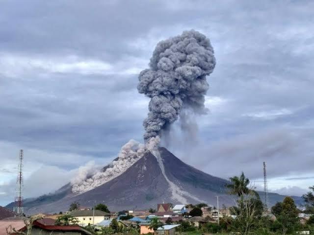 Erupsi, Gunung Sinabung Semburkan Kolom Abu Setinggi 2.500 Meter