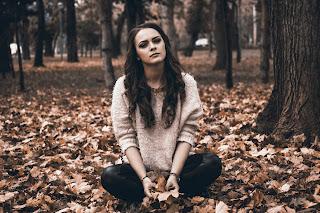 Eine traurige junge Frau