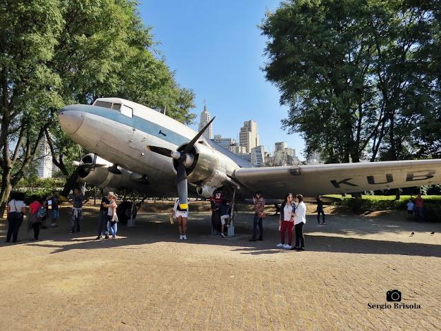 Vista ampla do Avião DC-3 - Museu Catavento - São Paulo
