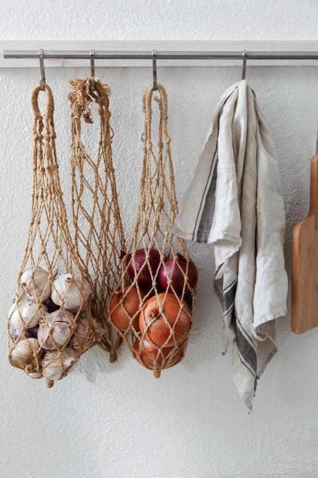 Detalles naturales para almacenar cebollas y ajos