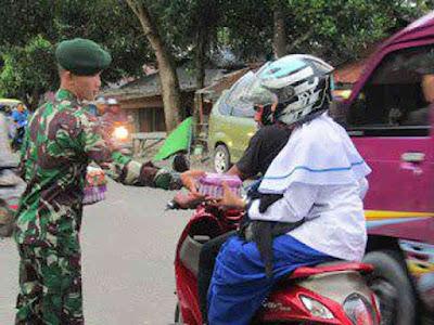Peduli Sesama, Satgas Yonif RK 136 TS Bagikan Takjil Kepada Masyarakat