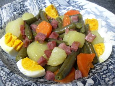 Verduras con jamón y huevo cocido.