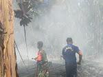 Aksi Cepat Babinsa Kodim 0311/Pessel Bantu Warga Padamkan Kabkaran Rumah