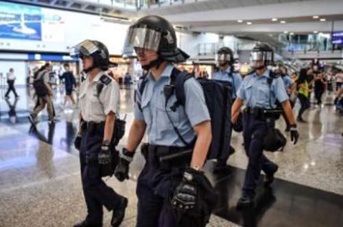 Polisi anti huru-hara dikerahkan sebagai pusat penerbangan kunci yang dikunci oleh pengunjuk rasa. Foto dari CNN.COM
