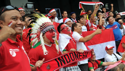 Sejumlah suporter Indonesia meneriakan yel-yel sebelum menyaksikan pertandingan Timnas Indonesia melawan Thailand pada laga perdana putaran final Grup A AFF 2016 di Philippinne Sport Stadium, Boceue, Filipina, 19 November 2016.