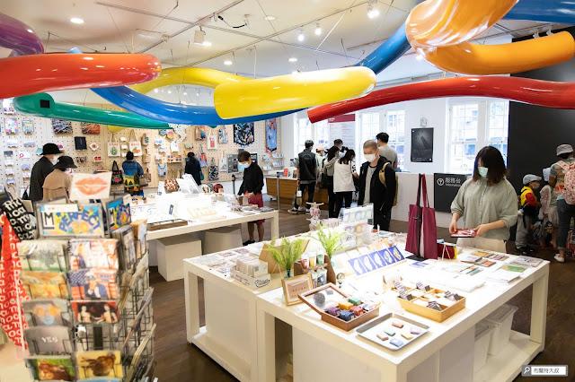 【大叔生活】來台北當代藝術館,更新一下你的藝術敏銳度! - 購票處在館內,旁邊的紀念品也可以隨意逛逛
