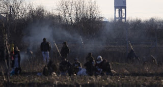 الأمن اليوناني يقمع مهاجرين على الحدود ويصيب عدد منهم