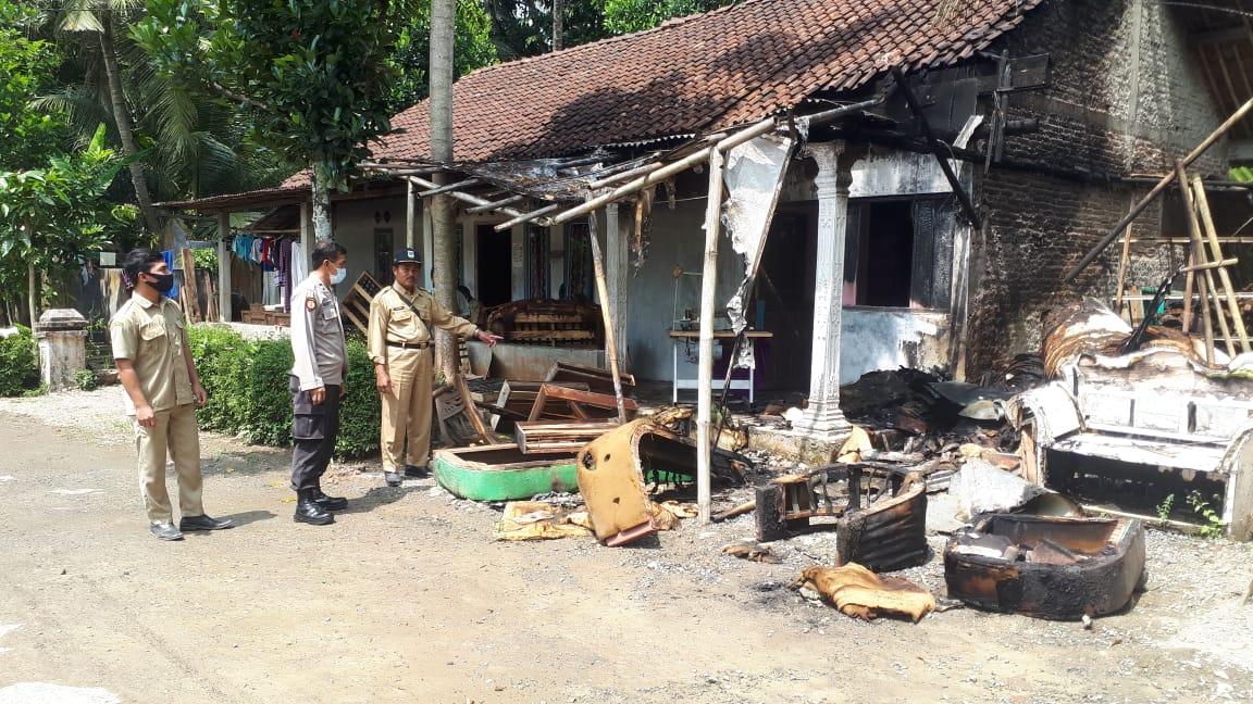 Bengkel Pembuatan Sofa di Adimulyo Kebakaran, Pemilik Rugi Rp 30 Juta