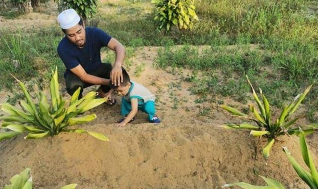Bocah Ini Tidak Ingin Pergi dari Makam Ibunya dan Panggil-Panggil Minta Kembali. Bikin Haru