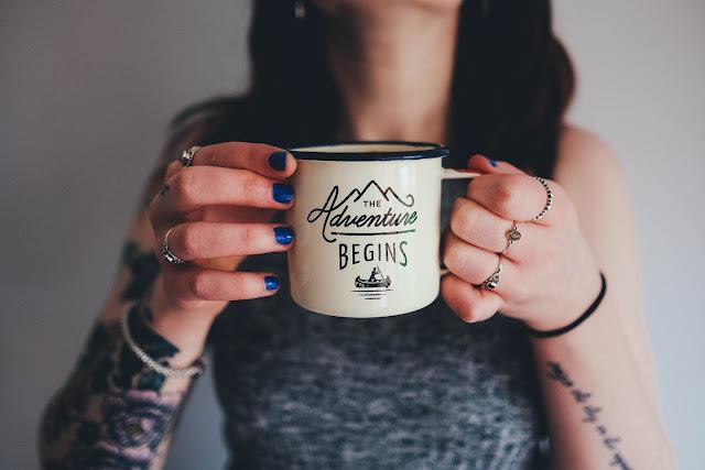 Femme tenant un mug.