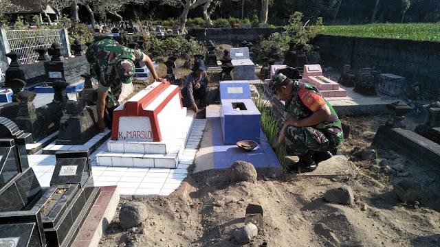 Sambut HUT-RI, Koramil 12 Manisrenggo bersihkan Taman Makam Pahlawan