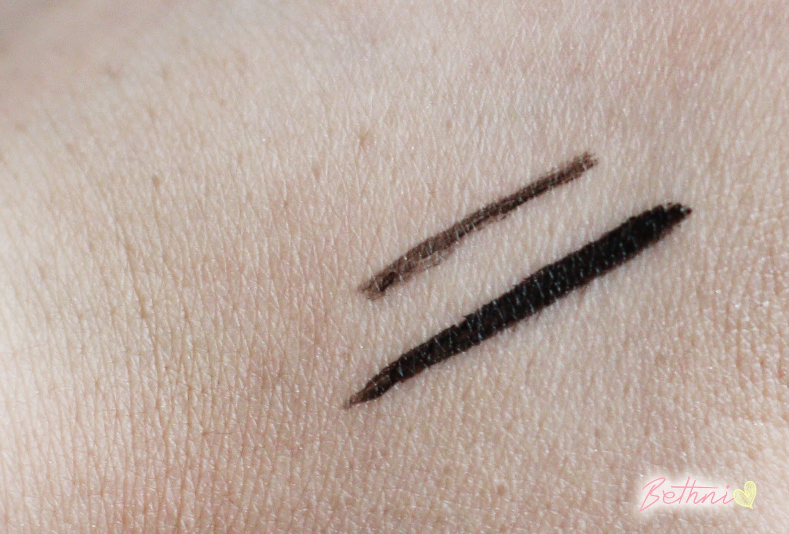 Zoeva Cat Eye Pen Lasting Stylo Liner  Swatch