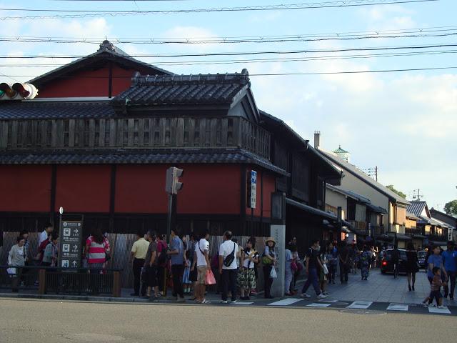 la caratteristica ochaya con le pareti rosse all'ingresso dell'hanamachi
