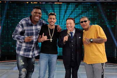 Raul com Mc Bola, Mc Menor da VG e Mc Bola (Foto: Rodrigo Belentani/SBT)
