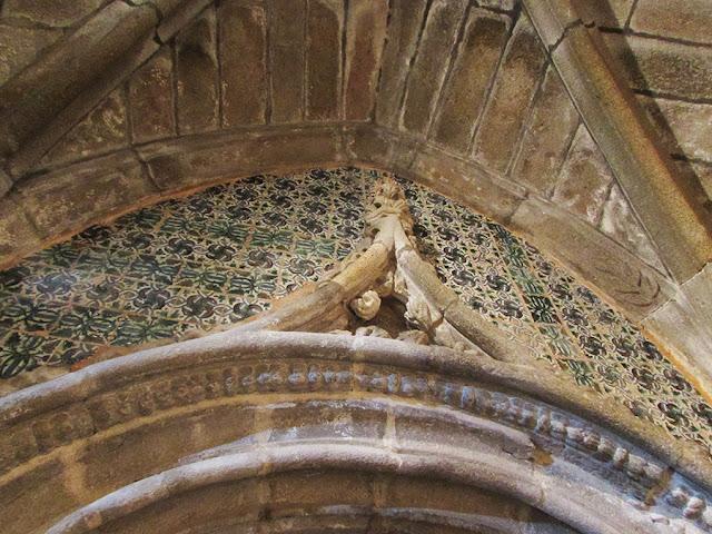 pormenor em azulejo de uma igreja na Rota do Românico