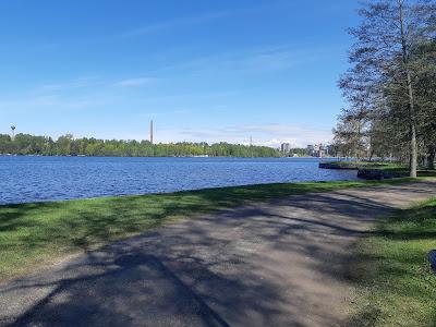 Hiekkatie järven rannassa, taustalla Tampereen keskustan kerrostaloja