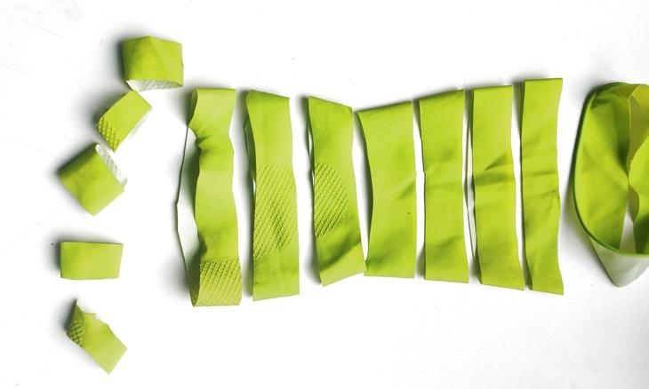 Gummihandschuh in Streifen geschnitten