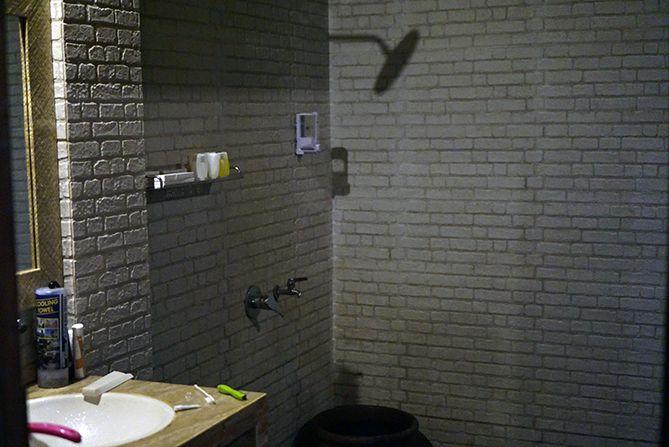 Kamar mandi luas dan bersih