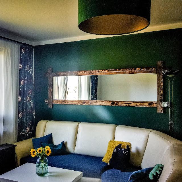 DIY niepowtarzalna dekoracja salonu duże lustro w opalanej ramie