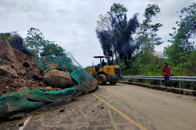 Tebing Setinggi 40 Meter Di Naringgul Ambruk, Akses Jalan Nasional Cianjur - Bandung Sempat Tersendat