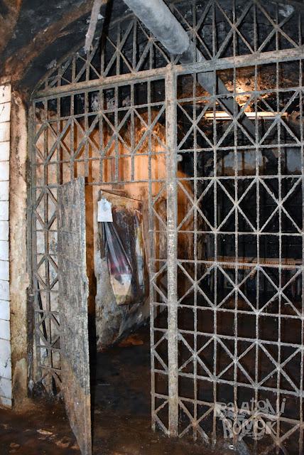 Bortrezor, a pince egy szobányi, ráccsal leválasztott terme.