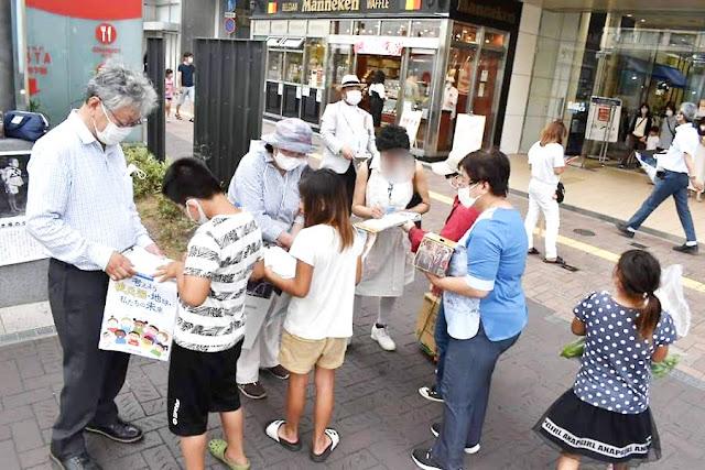 JR姫路駅前でヒバクシャ国際署名をよびかける人々
