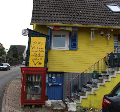 gelb angestrichenes Haus in der Neuenbürger Straße in Birkenfeld.