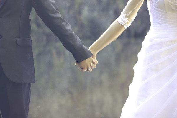 marido e mulher de mãos dadas